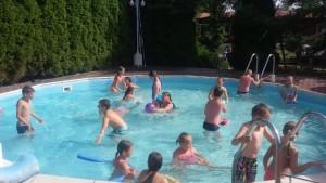 5. Zabawa na basenie.